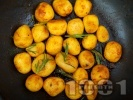 Рецепта Пресни картофки с розмарин на тиган